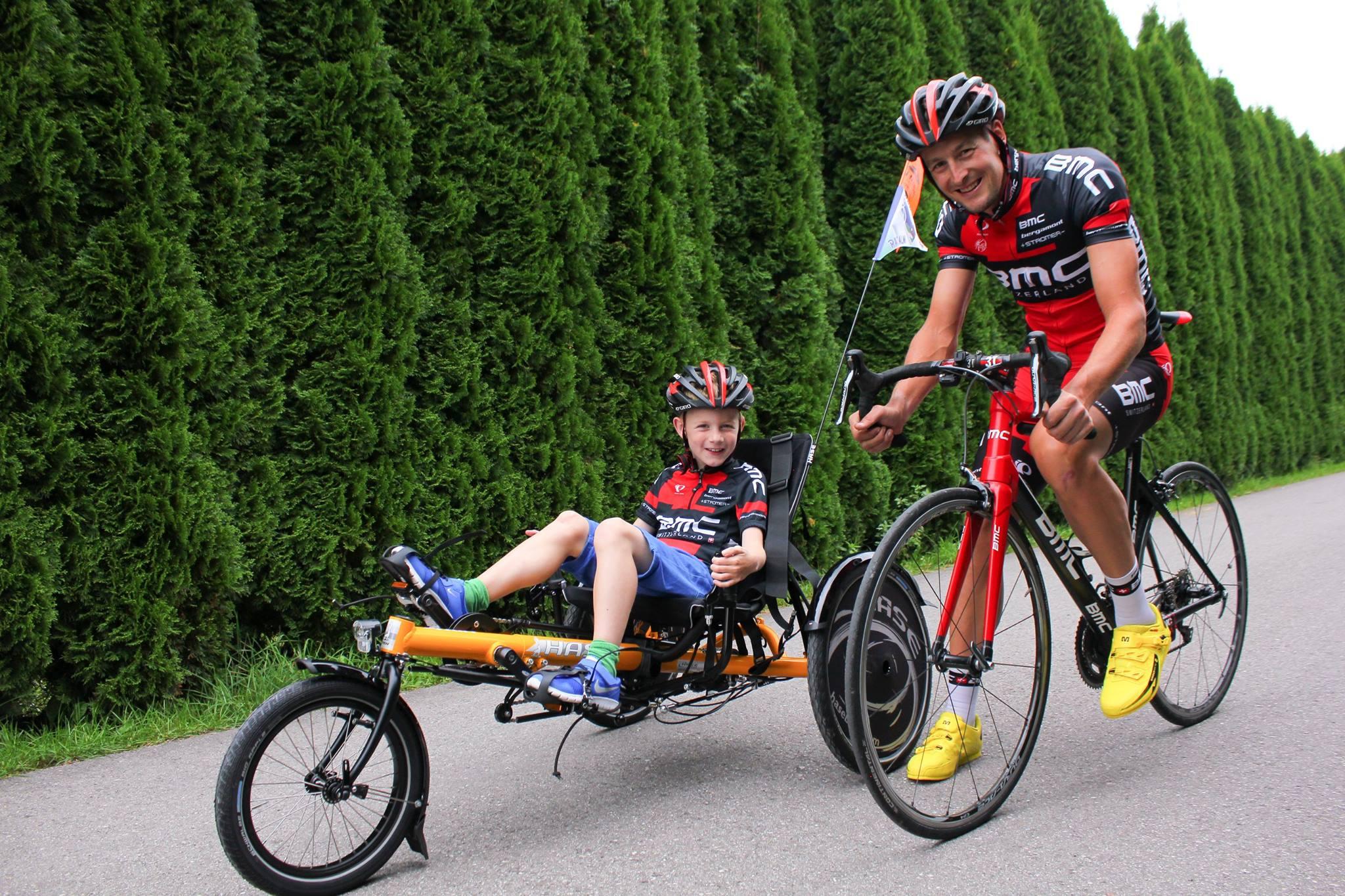 Far og sønn som sykler sammen